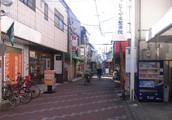 近鉄南大阪線河内天美駅の商店街を進みます。