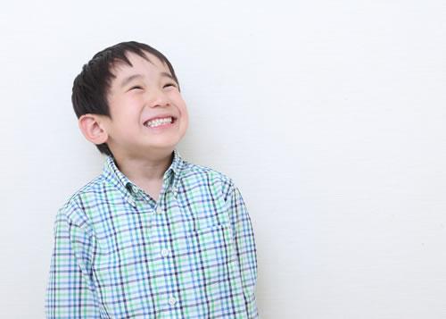 矯正歯科治療をして笑顔な男の子