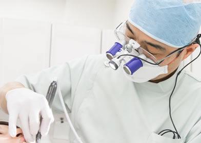 歯医者に来た患者の治療をしている歯科医師